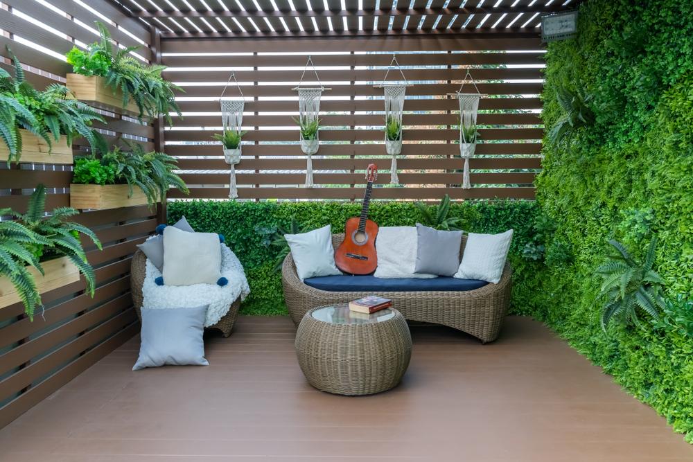 joli mobilier cosy dans un petit jardin végétal